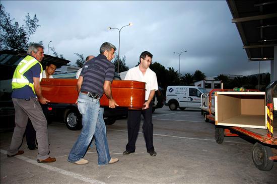 Traslado de los cadáveres de los inmigrantes muertos en el naufragio de su embarcación el 15 de febrero en Lanzarote. Sólo seis de los más de treinta inmigrantes que viajaban en su grupo lograron sobrevivir (Efe)