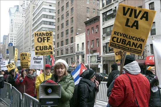 Grupos pro y anticastristas participan en una manifestación conjunta, frente a la Misión Permanente de Cuba ante las Naciones Unidas en Nueva York. (EFE)