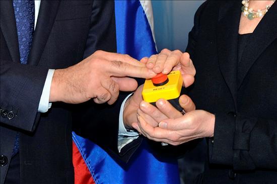 """El ministro de Asuntos Exteriores ruso, Sergey Lavrov pulsa el """"simbólico"""" artículo de broma con un botón rojo en el que se lee """"reinicializar"""", en ruso y en inglés, que la secretaria de Estado estadounidense, Hillary Clinton le entregó durante la reunión que mantuvieron.(EFE)"""