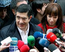 Patxi López junto a la hija de Isaias Carrasco, concejal de Mondragón asesinado por ETA, durante el homenaje celebrado con motivo del primer aniversario.