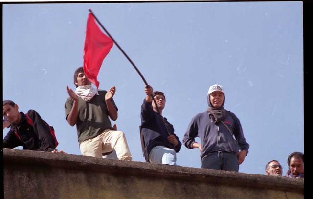 Obreros celebrando la toma de una fabrica anteriormente cerrada y sin produccion
