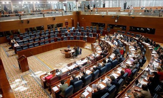 Imagen de una semi-desierta Asamblea de Madrid. Muchos parlamentarios, congresitas o diputados españoles sólo van a las votaciones o los plenos más importantes.
