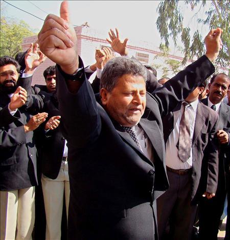 Ciudadanos y abogados paquistaníes celebran la decisión del gobierno de restituir al presidente del Tribunal Supremo de Pakistán, Iftikhar Chaudhry en Hyderabad, Pakistán.(EFE)