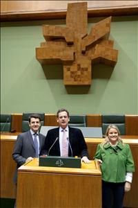 Los tres nuevos parlamentarios electos del PP, Antonio Basagoiti, Ramón Gómez y Mari Mar Blanco, durante la visita que los parlamentarios electos populares hicieron a la sede del Parlamento en Vitoria. (Foto: EFE)