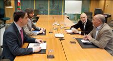 Los equipos negociadores del PSE y el PP en su última reunión. (Foto: EFE)