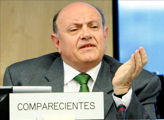 (EFE) El presidente de la Confederación Española de Cajas de Ahorro, Juan Ramón Quintás, ante la Comisión de Economía del Congreso, exigió un segundo plan de rescate para las cajas.