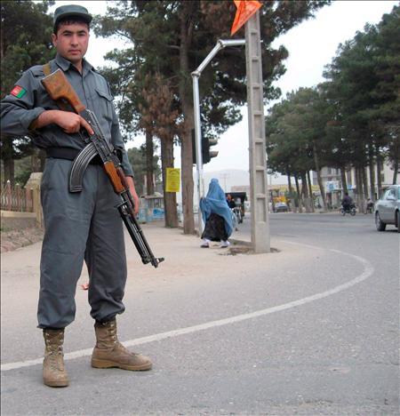 Un policía afgano patrulla las calles de Herat (Afganistán). EFE