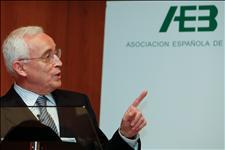 El presidente de la Asociación Española de Banca, Miguel Martín, ex subgobernador del Banco de España. (Foto: EFE)
