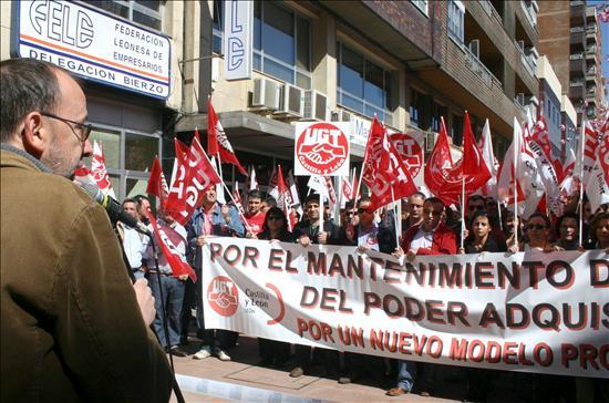 (EFE) Manifestación de CC.OO. y de UGT ante la sede de la Federación Leonesa de Empresarios en Ponferrada (León) contra la crisis. ¿A qué esperan las direcciones nacionales de CCOO y UGT para dar una respuesta general?