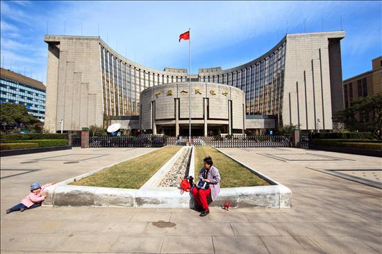 Sede del Banco Popular de China  en Pekín de fondo. EFE