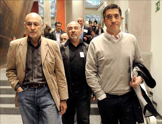 (EFE) El secretario general y candidato a lehendakari del PSE-EE, Patxi López (a su llegada al Comité Nacional que ha avalaba el acuerdo con el PP.