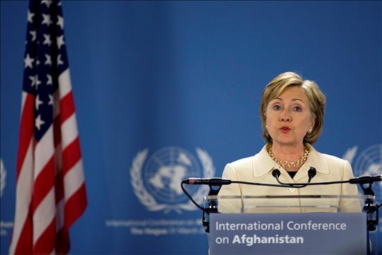 La secretaria de Estado de EEUU, Hillary Clinton, atiende a los medios durante la Conferencia Internacional sobre Afganistán en La Haya. EFE