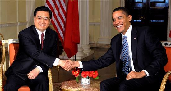 El presidente estadounidense, Barack Obama (d), saluda a su homólogo chino, Hu Jintao, durante la reunión que mantuvieron en Winfield House, en Londres, Reino Unido. EFE
