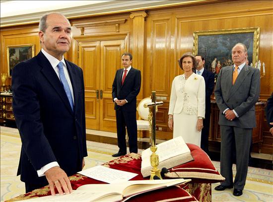 (EFE) Manuel Chaves, nuevo vicepresidente tercero y ministro de Cooperación Territorial, promete su cargo.