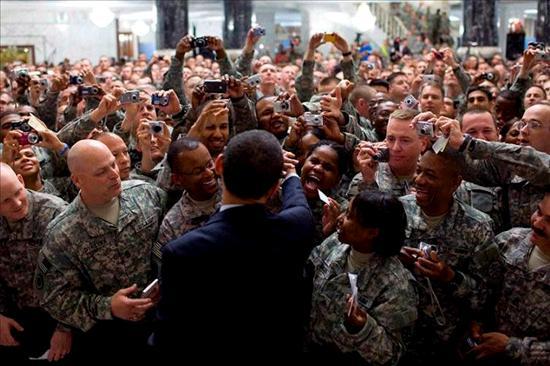 El presidente estadounidense, Barack Obama  rodeado por los soldados estadounidenses destinados en Camp Victory. EFE