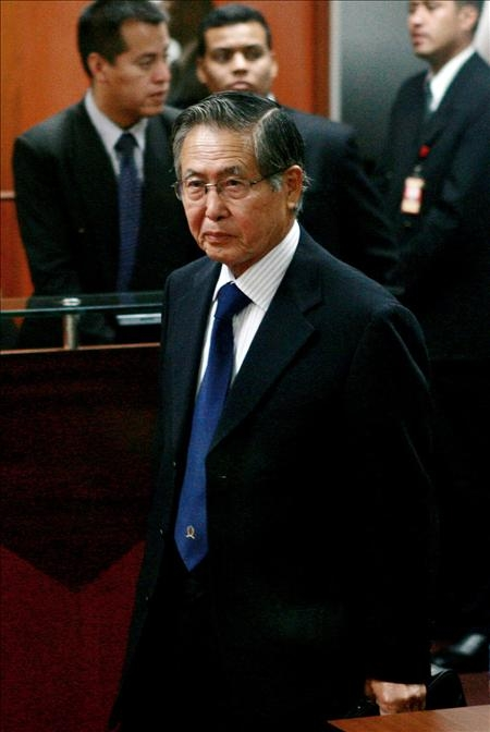 Alberto Fujimori tras ser condenado el  7 de abril de 2009, a 25 años de prisión por la sala penal especial de la Corte Suprema de Justicia que lo procesó por violaciones de los derechos humanos.