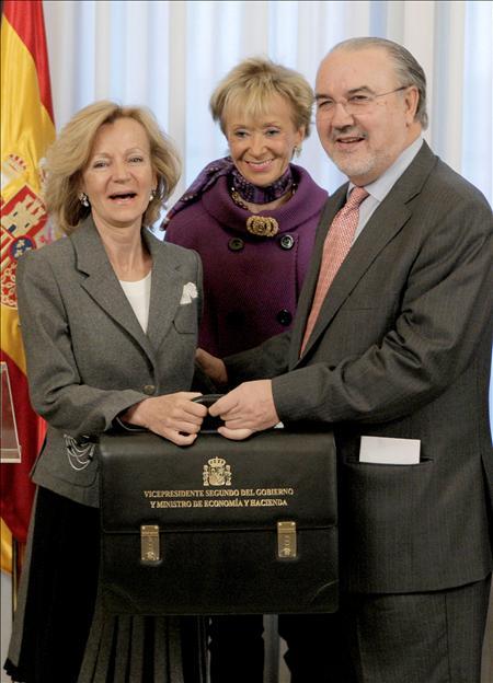 (EFE) Pedro Solbes, traspasa la cartera a la nueva ministra de Economía, Elena Salgado.