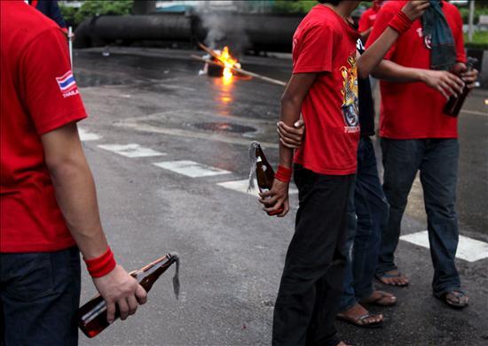 Manifestantes en contra del Gobierno bloquean una calle frente a soldados del Ejército de Tailandia, en el centro de Bangkok. EFE