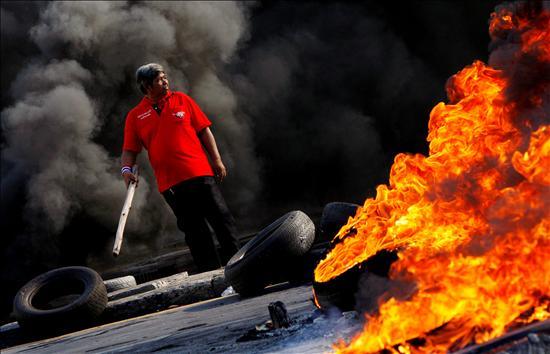 Siete autobuses fueron incendiados cerca de la sede del gobierno, frente a la cual se congregaba el grueso de los manifestantes.(EFE)
