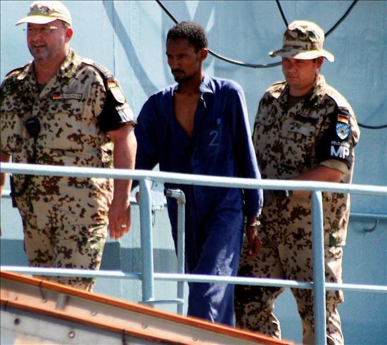 Militares alemanes escoltan a uno de los piratas somalís detenidos en alta mar la semana pasada. EFE