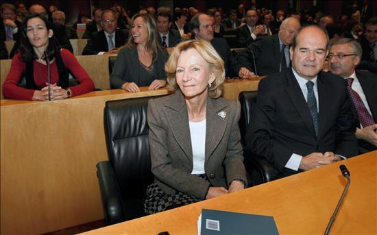 """(EFE) La vicepresidenta segunda y ministra de Economa, Elena Salgado, tiene sobre la mesa un """"decretazo"""" de 90.000 millones de euros, ¿pero cuántos vendrán detrás?"""