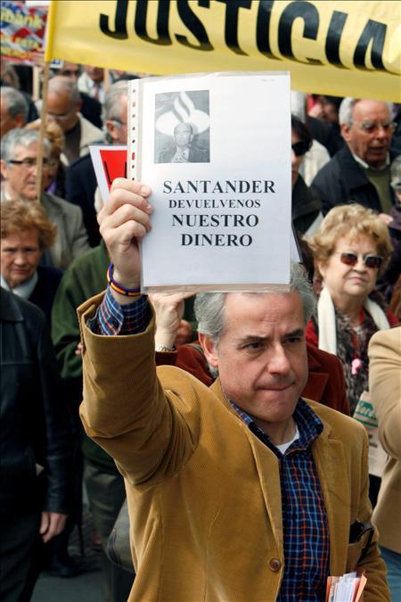(EFE) No dudan en repartirse millonarios dividendos, mientras los ciudadanos están cada vez más desprotegidos. Manifestación frente a la sede del Banco de España convocada por la Asociación de Usuarios de Bancos, Cajas y Seguros (Adicae) para denunciar la desprotección de los ahorradores.