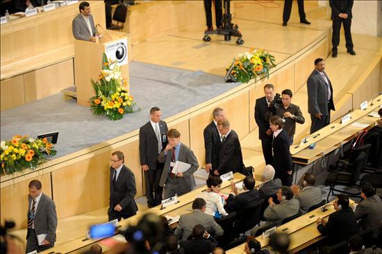 Delegados de la Unión Europea abandonan la sala durante el discurso del presidente de Irán, Mahmud Ahmadineyad, en la Conferencia de la ONU de Revisión sobre Racismo, Xenofobia y Otras Formas de Intolerancia, en Ginebra. EFE