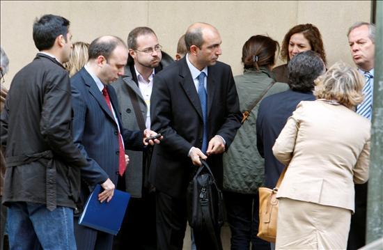 (EFE) Audiencia Nacional. Los forenses turcos Bülent Sam y í–mer Müslümanoglu que participaron en la identificación junto a varios familiares de las víctimas.