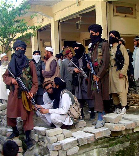 """Ante la creciente talibanización del país y la ocupación por los militantes fundamentalistas de un distrito a 70 kilómetros de Islamabad, el jefe del Ejército paquistaní, general Ashfaq Parvez Kayani, dijo que su fuerza está dispuesta """"a terminar con la amenaza del terrorismo"""" y no permitirá a los talibán """"imponer su forma de vida"""" en Pakistán.(EFE)"""