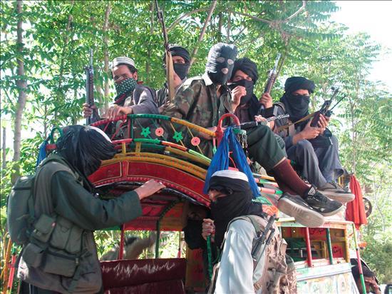 Talibanes retirándose del departamento de Búner, a menos de 100 km de Islamabad. EFE