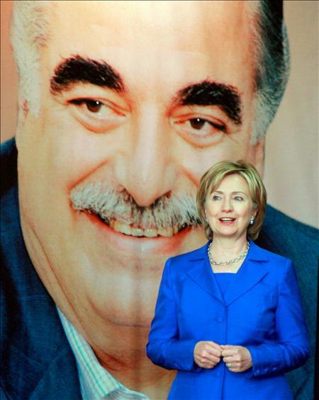 La secretaria de Estado estadounidense, Hillary Clinton, es fotografiada junto a un retrato del ex primer ministro libanés, Rafik Hariri, durante una visita a su tumba en el centro de Beirut. EFE