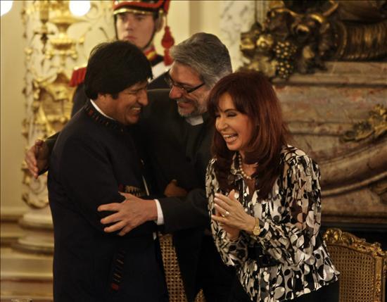 Con Fernando Lugo a su izquierda y Evo Morales a su derecha, entre los tonos dorados del Salón Blanco de la Casa de Gobierno, Cristina Kirchner encabezó anoche una ceremonia regional histórica, en la que entregó a sus colegas de Paraguay y Bolivia el acta final (memoria) que terminó con el diferendo limítrofe por el Chaco Boreal.(EFE)
