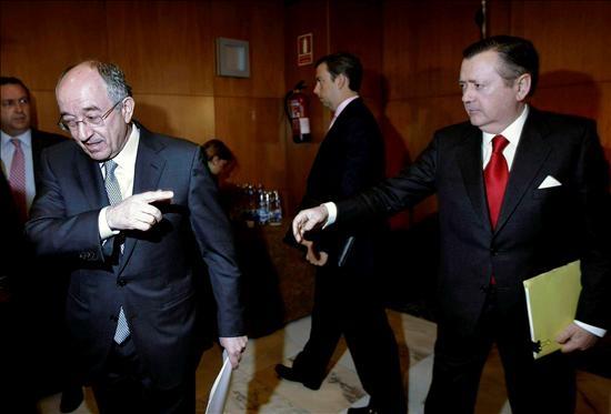 El consejero delegado del Banco Santander, Alfredo Sáenz, junto al gobernador del Banco de España
