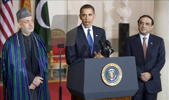 El presidente de EEUU, Barack Obama, habla junto al mandatario de Pakistán, Asif Ali Zardari y su homólogo de Afganistán, Hamid Karzai. EFE