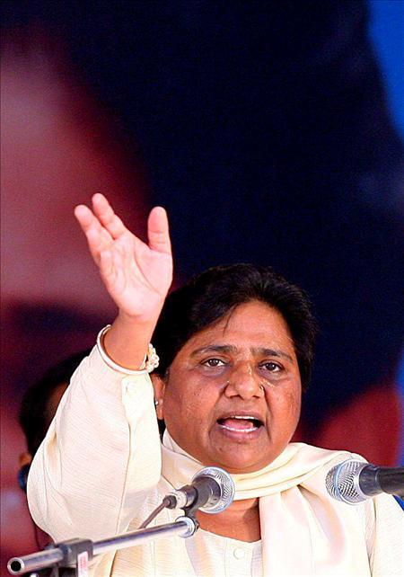 """Mayawati, quien nació hace 39 años en una de las castas más bajas del país, los Hindu Jatav o Chamar, y superó todo tipo de barreras sociales para poder estudiar Derecho y trabajar luego como profesora y magistrada de distrito. En 1995, revolucionó el tradicional escenario político indio al ser la primera """"dalit"""" en convertirse en ministra jefa del influyente estado de Uttar Pradesh.(EFE)"""