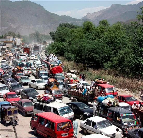 Miles de personas huyen de la región del valle de Swat, Pakistán, después de que se levantara un toque de queda para permitir a la población huir de la zona de conflicto. EFE