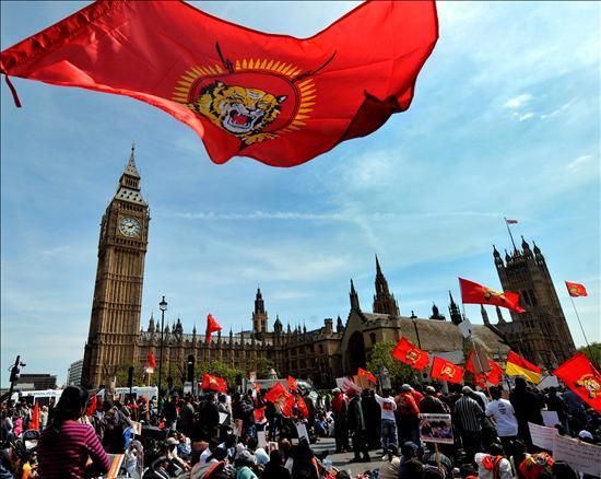 """Un grupo de personas de la etnia tamil participan en una protesta contra los combates violentos entre el gobierno ceilanés y la guerrilla tamil en Sri Lanka, en la plaza del Parlamento en LondresLos últimos combates en el reducto de la guerrilla tamil en el noreste de Sri Lanka han causado este fin de semana un """"baño de sangre"""", según denunció hoy la ONU, que cifró en 380 los civiles muertos, un centenar de ellos niños.(EFE)"""