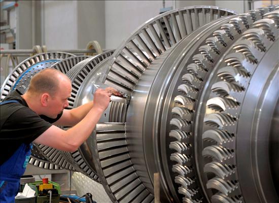 Un empleado trabaja en un rotor averiado en la planta de turbinas de vapor de Siemens en Goerlitz, Alemania. EFE