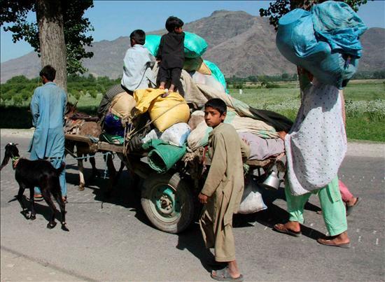 Una familia huye de Mingora, principal población del valle de Swat en Pakistán. EFE