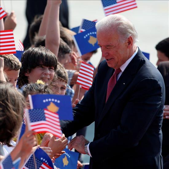 Joe Biden fue recibido como un héroe por una nación que tiene a gala que EEUU haya apadrinado, alentado e impulsado su proceso de independencia. Y no saben cuánta razón tienen. EFE