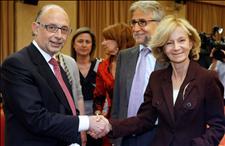 La vicepresidenta segunda del Gobierno, Elena Salgado, saluda al portavoz de Economía del PP en el Congreso, Cristóbal Montoro (Foto: EFE)