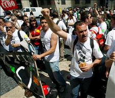 Unos 400 trabajadores de las tres plantas que tiene el Grupo Iveco en la Zona Franca de Barcelona han iniciado a las 15 horas de hoy una concentración de protesta en la plaza de Sant Jaume de Barcelona en contra del Expediente de Regulación de Empleo (ERE) temporal que afecta a toda la plantilla. (Foto: EFE)
