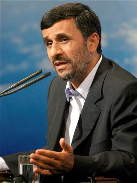 """El presidente de la República Islámica ha devuelto el ofrecimiento de Obama, y ha declarado que en caso de ser reelegido, invitará al norteamericano a """"debatir en la ONU las raíces de los problemas en el mundo"""". """"Es necesario que haya cambios fundamentales"""" , dijo Ahmadinejad.(EFE)"""
