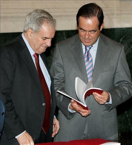 El Defensor del Pueblo, Enrique Múgica entrega al presidente del Congreso, José Bono, el Informe que recoge la actividad de la Institución durante 2008.