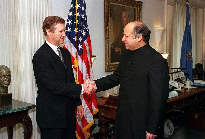 Foto de Archivo de 1998, en la entrevista de Nawaz Sharif, entonces primer ministro paquistaní, con el Secretario de Defensa William S. Cohen, en el Pentagono. No copyright.
