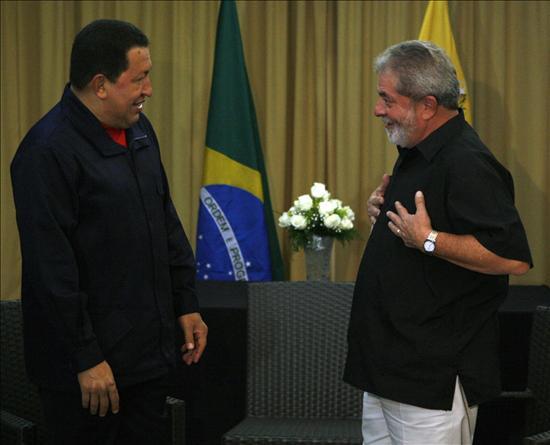 El presidente de Venezuela, Hugo Chávez, arribó este martes a Brasil, para reunirse con su homólogo Luiz Inácio Lula Da Silva, en donde examinará temas bilaterales con énfasis en la cooperación industrial, agrícola, habitacional, entre otros aspectos que fortalezcan la integración de ambas naciones.(EFE)