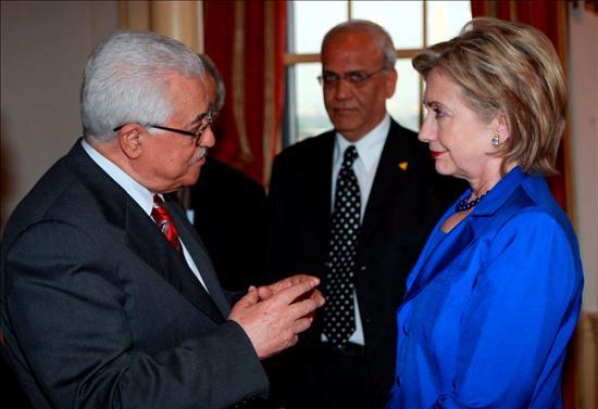 El presidente palestino, Mahmud Abás conversando con la secretaria de Estado estadounidense, Hilary Clinton. EFE