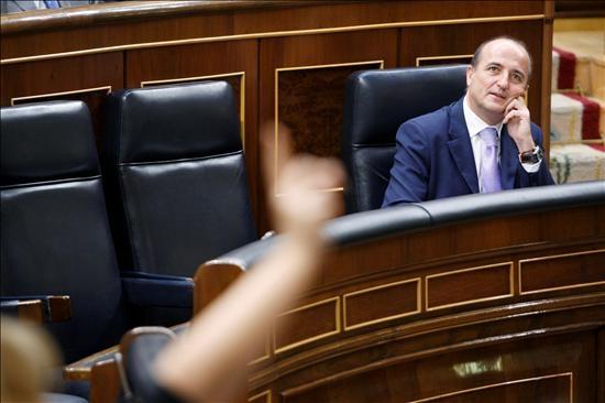 El ministro de Industria, Turismo y Comercio, Miguel Sebastián, durante el pleno del Congreso, en el que se aprobó el real decreto ley de medidas para el sector energético.