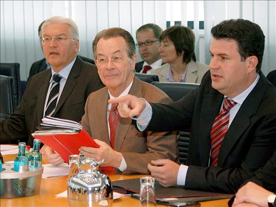 El ministro de Exteriores alemán, Frank-Walter Steinmeier (izq), el presidente del Partido Socialdemócrata (SPD), Franz Muentefering (c), y el secretario general del SPD, Hubertus Heil. el presidente del Partido Socialdemócrata (SPD), encajaba compungido la derrota, que vuelve a situarlo en un nuevo mínimo histórico; Müntefering reconocía «problemas de movilización» en su gente y que la directiva del SPD encaraba una tormentosa sesión pero desaconsejó «sacar conclusiones para septiembre». El resultado es el peor absoluto de su historia, a todos los niveles, más bajo incluso que hace cinco años coincidiendo con las duras reformas laborales y sanitarias. (EFE)