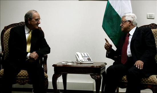 El enviado de Washington, George Mitchell, conversando con el presidente de la Autoridad Nacional Palestina, Mahmud Abbas, ayer en Ramala. EFE